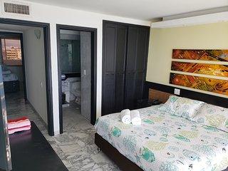 Habitación principal cama Queen, balcón con vista al mar y baño privado
