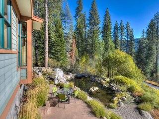 Flawless Donner Home w/Hot Tub + Lake Views