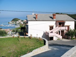 4 bedroom Apartment with Walk to Beach & Shops - 5638371