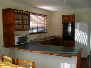 Wynnum by the bay: Sleeps 8. WiFi. Parking. Fully furnished. Pets ok. BBQ deck.