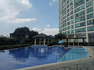 Nice 1BR at BGC Center near Burgos Circle/St. Lukes + Wifi