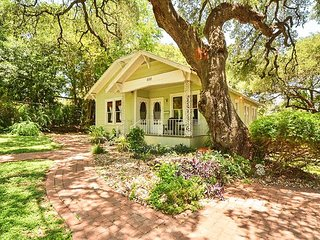 Charming Travis Heights Home - Near Hip SoCo & Downtown Areas