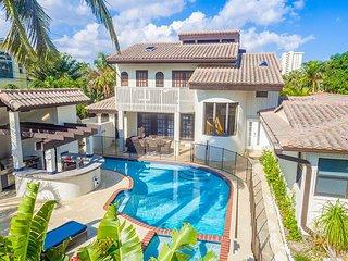 5BR Villa w/ Heated Pool, Hot Tub, Sauna, Outdoor Bar/Kitchen - Walk to Beach