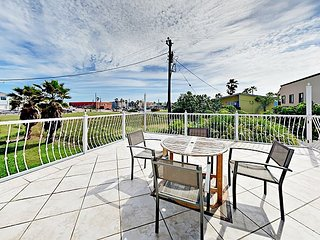 200 Yards to the Beach! Chic 4BR w/ Gulf-View Balcony & Covered Patio