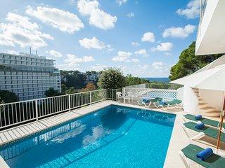 Amplio apartamento con piscina privada y vistas al mar en Cala Galdana