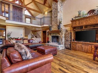 NEW LISTING! Luxury mountain home with private hot tub, fireplace, outdoor fire