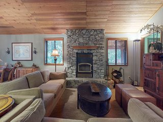 Dog-friendly home with wood fireplace, jet tub, entertainment & grill!