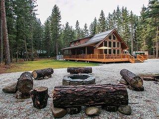 Chalet life, hot tub, WiFi, cozy wood fireplace and snowmobile from the drive