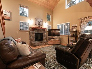 Welcome Fido and family! Fenced Yard, Hot Tub, WiFi and 15 mins to town