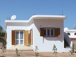Quiet and private area , in walled grounds, 50m to beach, with jacuzzi bath