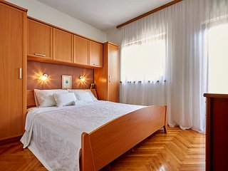 Vranjic Villa Sleeps 10 with Pool and Air Con - 5689289