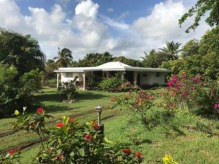 Spacieuse villa creole dans un grand parc arbore