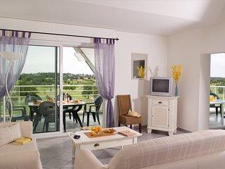 Appartement cosy et sympa, sur le terrain de golf ! Acces piscine
