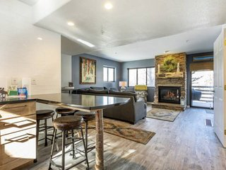 New Listing! Beautiful Renovated Condo w/Fireplace-Centrally Located to ALL Skii