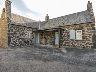 MARNOC COTTAGE, woodburner, 20-acre estate, Port Bannatyne