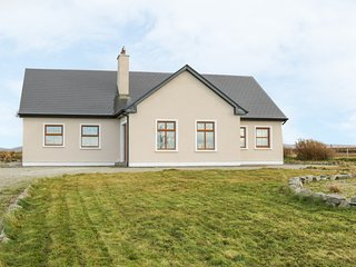 TULLAGHAN VIEW, spacious interior, coastal views, in Ballycroy