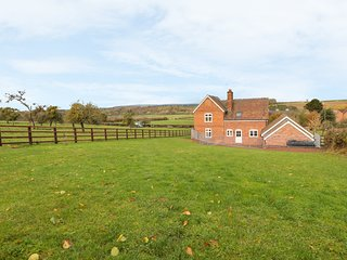 ORCHARD COTTAGE, Woodburner, Games room, Countryside views, Tenbury Wells