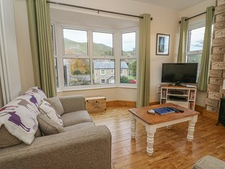 ROUNDABOUT COTTAGE, 2 bedrooms, WiFi, Settle, 973573