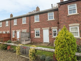10 RAILWAY COTTAGES, woodburner, harbour views, in Whitby