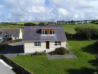 BRAMBLE COTTAGE, sea views, WiFi, Newgale