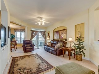 Nicely decorated & well maintained, 2nd floor golf villa, quiet community