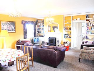 Spacious house in Dingle with Parking, Internet, Washing machine, Garden