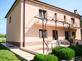 Cozy house very close to the centre of Šorići with Parking, Internet, Washing ma