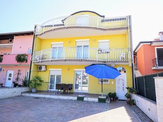 Cozy apartment in the center of Zambratija with Parking, Internet, Air condition