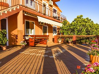 Spacious apartment in Lukovo Šugarje with Parking, Internet, Air conditioning, B