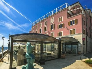 Spacious apartment close to the center of Antenal with Lift, Parking, Internet,
