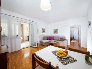 Spacious apartment in the center of Tucepi with Parking, Internet, Washing machi