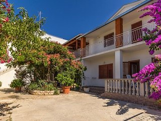 Spacious apartment very close to the centre of Biograd na Moru with Parking, Int