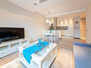 Spacious apartment very close to the centre of Poznan with Lift, Parking, Intern