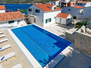 Spacious apartment in Primošten with Parking, Internet, Air conditioning, Pool