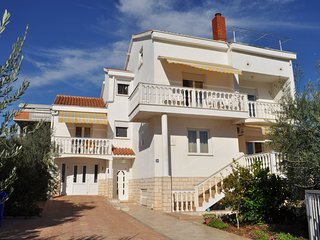 Spacious apartment close to the center of Biograd na Moru with Parking, Internet