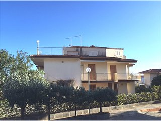Spacious villa very close to the centre of Marina di Ragusa with Parking, Intern
