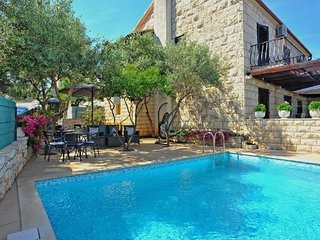 Cozy apartment in the center of Sutivan with Internet, Air conditioning, Pool