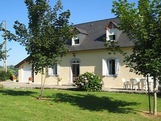 Spacious house close to the center of Arthez-d'Asson with Parking, Washing machi