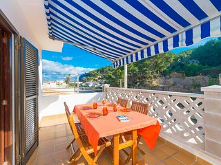 Spacious apartment a short walk away (284 m) from the 'Cala Molins' in Cala Sant