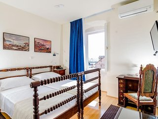 Cozy room in the center of Sumartin with Parking, Internet, Air conditioning, Po