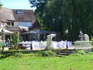 Spacious villa in Villeneuve-sur-Yonne with Parking, Internet, Washing machine,