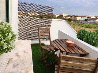Spacious apartment very close to the centre of São Martinho do Porto with Parkin
