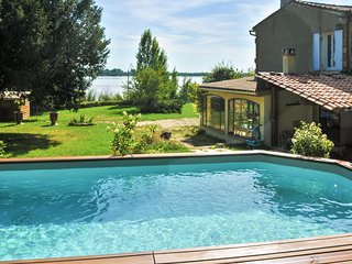 Spacious house in the center of Bayon-sur-Gironde with Parking, Internet, Washin