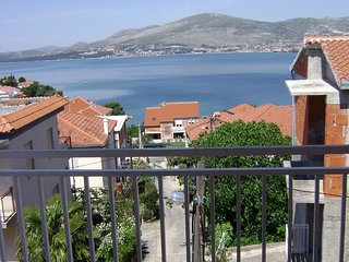 Spacious apartment in the center of Okrug Gornji with Air conditioning, Balcony,