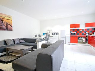 Spacious apartment close to the center of Marseille with Parking, Internet, Wash