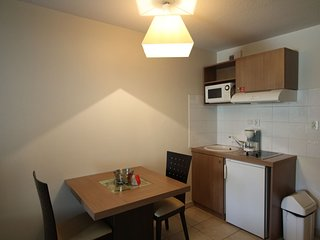 Cosy studio close to the center of Rousset with Parking, Internet, Air condition