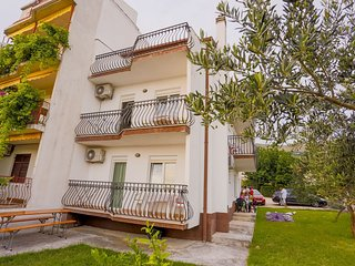 Cozy apartment very close to the centre of Podstrana with Parking, Internet, Air