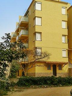 Cozy apartment a short walk away (344 m) from the 'Playa Porto Pi' in Tossa de M