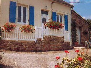 Spacious house in the center of Châteaulin with Parking, Internet, Washing machi