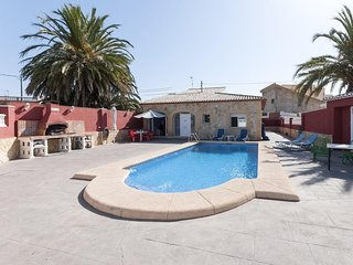 Spacious house a short walk away (390 m) from the 'Playa Los Pedregales' in Gand